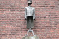 Den-Bosch-Binnendieze-068-Standbeeld-burgervaojer-van-Oeteldonk-Muggenheuvel