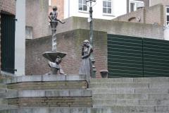 Den-Bosch-Binnendieze-072-Fontein-met-pissend-manneke-prins-Lepel-en-prinses-Roos