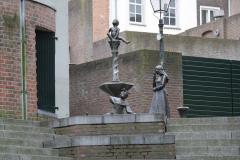 Den-Bosch-Binnendieze-073-Fontein-met-pissend-manneke-prins-Lepel-en-prinses-Roos