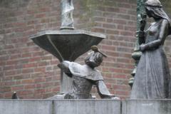 Den-Bosch-Binnendieze-074-Fontein-met-pissend-manneke-prins-Lepel-en-prinses-Roos