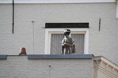 Den-Bosch-033-Beeld-van-schutter-op-balkon