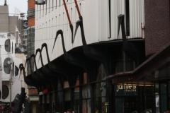 Gebouw-met-vogels-met-grote-snavel-Grotemarktstraat