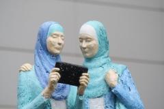 Twee-moslimas-Spui-2-detail