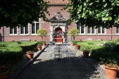 Frans-Halsmuseum-10-Binnenplaats-met-terrasstoelen-en-tafel