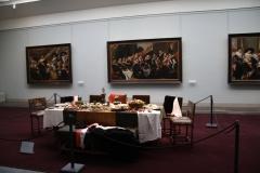 Frans-Halsmuseum-11a-Zaal-met-gedekte-tafel-en-schutterijen