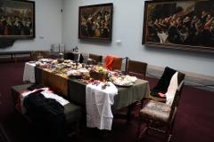 Frans-Halsmuseum-11b-Zaal-met-gedekte-tafel-en-schutterijen