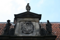 Frans-Halsmuseum-3a-Beelden-boven-de-ingang