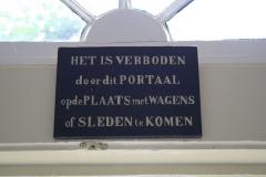 Alkmaar-Oudegracht-Het-Wildemanshofje-Verbodsbord
