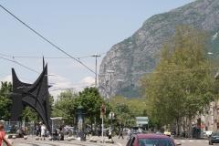 Grenoble-056-Straatgezicht-met-standbeeld-en-berg