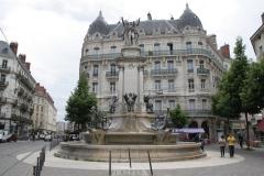 Grenoble-162-Vrijheidsbeeld-uit-1788-met-fontein-Place-de-Notre-Dame