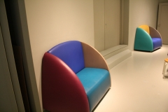 Groninger Museum 246 Kunstige stoelen op de bovenste etage