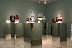 Groninger Museum 350 Jaime Hayon - Vazen op spiegelende zuilen