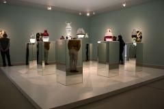 Groninger Museum 351 Jaime Hayon - Vazen op spiegelende zuilen