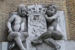 Hasselt-052-Muurbeeld-Meisje-en-Jongen-met-Wapen-Gerechtshof