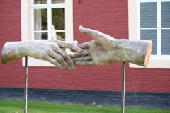 Beeldentuin-St.-Gerlach-074-Margot-Homan-Elkaar-Ontmoetende-Handen
