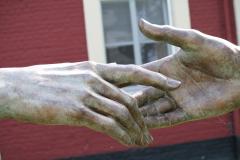 Beeldentuin-St.-Gerlach-077-Margot-Homan-Elkaar-Ontmoetende-Handen-detail