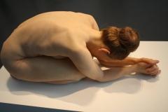 2018-04-11-Rotterdam-Kunsthal-085-Sam-Jinks-2015-Zonder-Titel-Knielende-Vrouw
