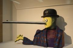 Gavin Turk - Oscar [Magritte met lange neus] 2