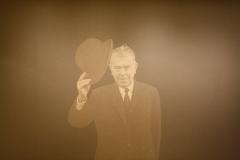 Magritte met bolhoed