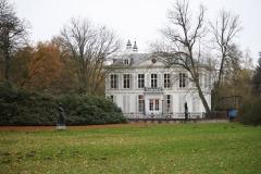 Park-Middelheim-Grasveld-met-twee-beelden