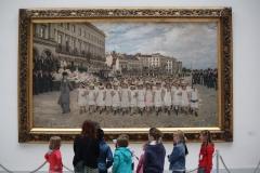 1 Kinderen luisteren naar uitleg bij schilderij van Jan Verhas