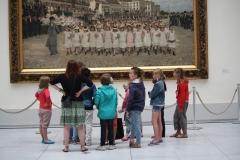 2 Kinderen luisteren naar uitleg bij schilderij van Jan Verhas