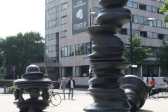 Nijmegen-007-Sculptuur-zonder-titel-van-Tony-Crag-1999-voor-het-station
