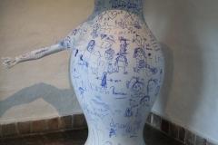 Delfts-Blauw-aardewerk-vaas-met-kindertekeningen