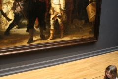 Rijksmuseum-Amsterdam-201-De-Nachtwacht-met-kinderen-ervoor