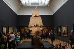 Rijksmuseum-Amsterdam-136-Zaal-met-publiek-en-boot-van-VOC