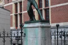 Rijksmuseum-Amsterdam-005-Beeld-discuswerper-bij-ingang