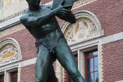 Rijksmuseum-Amsterdam-006-Beeld-discuswerper-bij-ingang