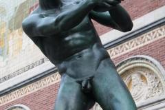Rijksmuseum-Amsterdam-007-Beeld-discuswerper-bij-ingang