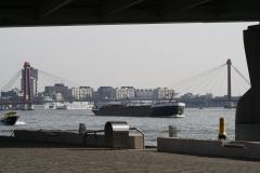 Rotterdam-011-Willemsbrug-over-de-Nieuwe-Maas-en-vrachtschip