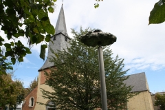 Sint-Truiden-090-Wolk-door-Luc-vd-Hallen-1998-en-toren-Gangulfuskerk