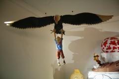 45-Kuifje-hangend-aan-roofvogel