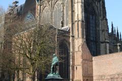 Utrecht-016-Domplein-met-beeld-Graaf-Jan-van-Nassau